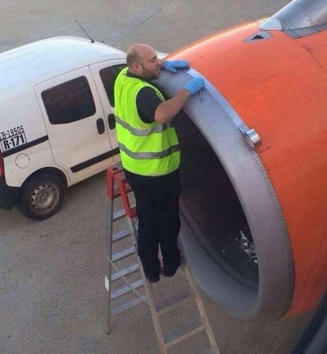 Passageiro fica chocado ao ver funcionário de aeroporto usando fita para colar turbina de avião