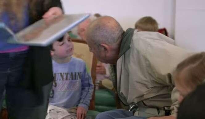 Abrigo de idosos usa crianças do jardim de infância para estimular interação