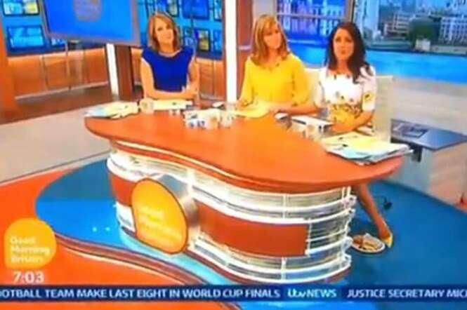 Apresentadora de TV é flagrada tentando esconder café da manhã em programa ao vivo
