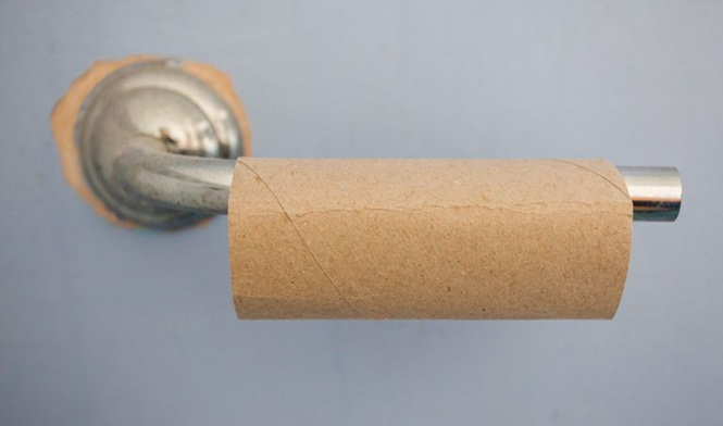Homem sem papel higiênico no banheiro e liga para a polícia por julgar fato como uma emergência