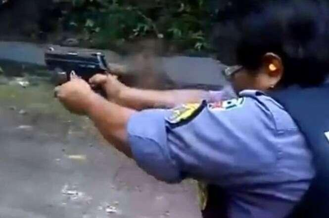 Policial brasileira é atingida no rosto com a própria arma e vídeo repercute na web
