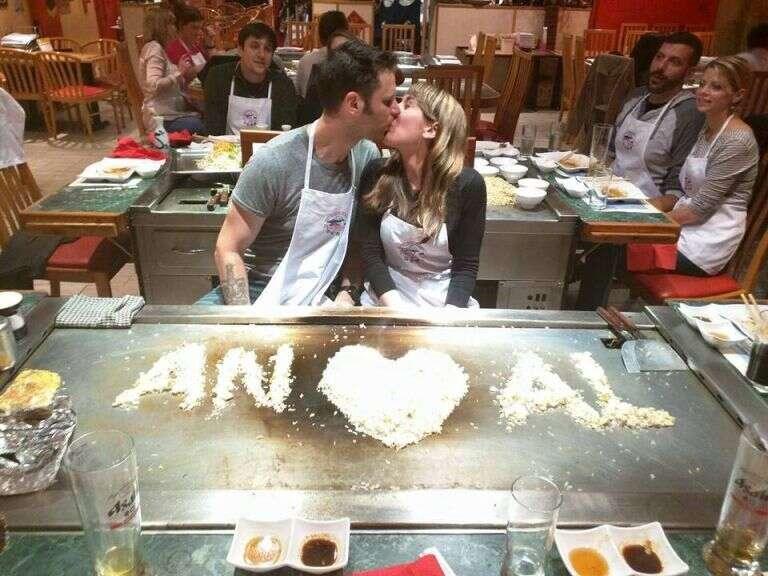 Casal fica noivo durante aula de culinária e momento se torna viral por outro motivo