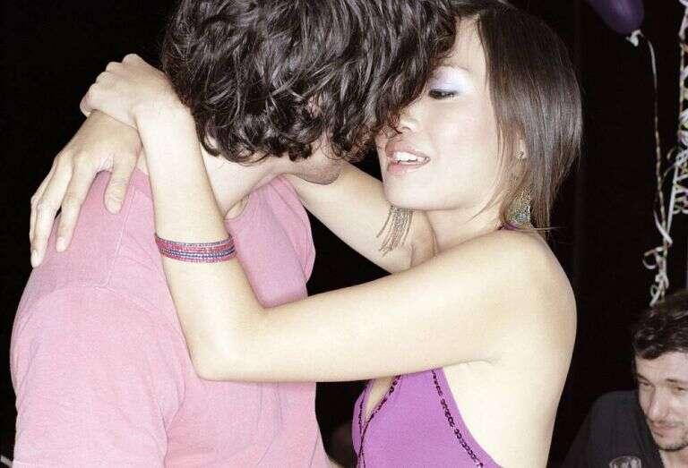 O beijo contribui mais para câncer de cabeça e pescoço do que cigarro e bebida, afirma médico