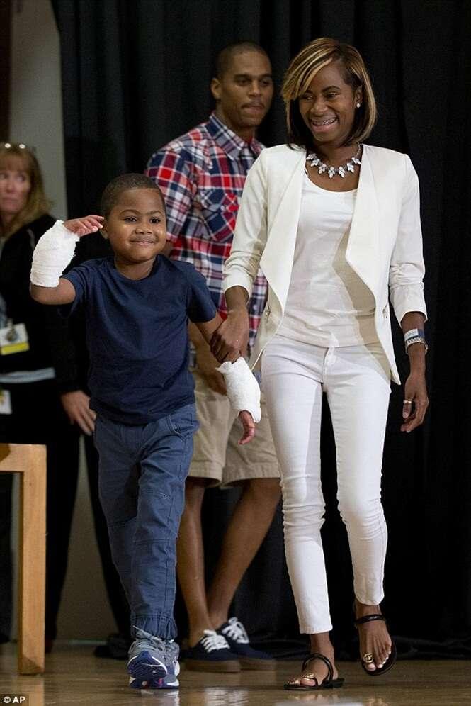 Menino de 8 anos que perdeu membro após desenvolver grave infecção passa por transplante de mãos