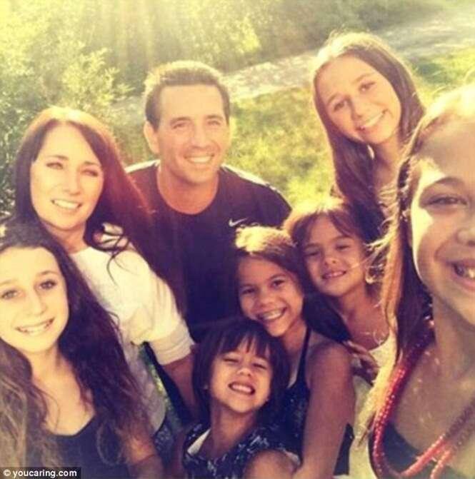 Casal toma atitude comovente e adota quatro filhas de melhor amiga que morreu com câncer