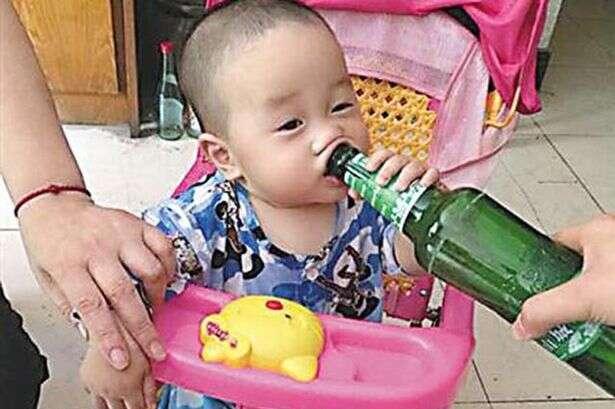 Pai dá gotas de cerveja para bebê e criança se torna viciada