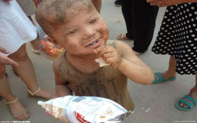 Criança é encontrada vivendo em chiqueiro durante um ano inteiro