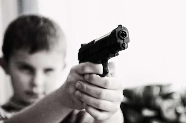 Menino se mata ao atirar na cabeça com arma encontrada em quarto