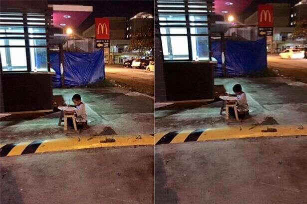 Menino morador de rua usa iluminação de restaurante para fazer lição de casa e imagem comove na web