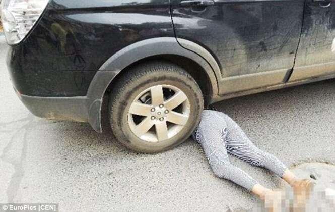 Idosa se enfia debaixo de carro parado para simular atropelamento e tentar ganhar indenização