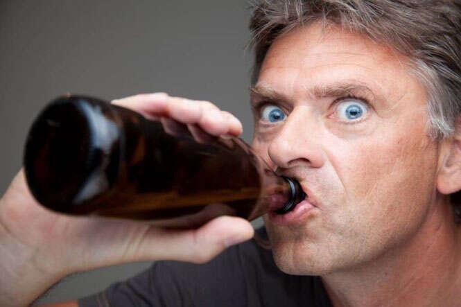 Homem bebendo