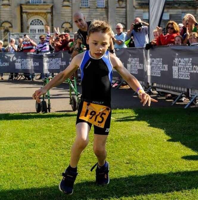 Vídeo mostra momento emocionante em que menino com paralisia cerebral completa prova de triatlo