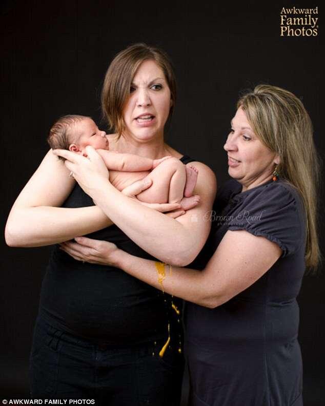 Recém-nascido faz necessidades fisiológicas nos braços da mãe durante sessão de fotos e imagem se torna viral na web