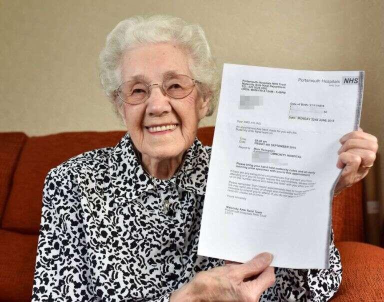 Idosa leva susto ao receber carta de hospital dizendo que ela estava grávida