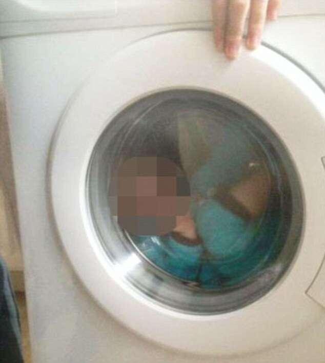Mulher posta foto de criança com Síndrome de Down dentro de máquina de lavar roupa e causa revolta