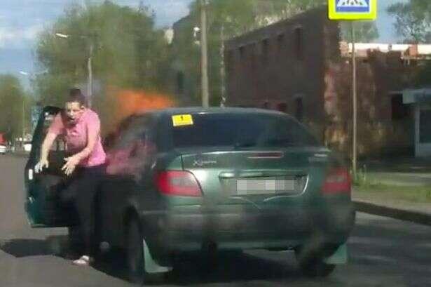 Carro explode após mulher acender cigarro enquanto dirigia