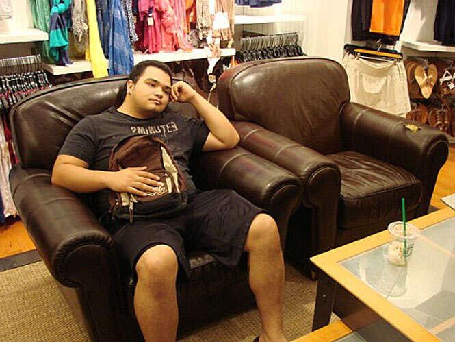 Homem esperando mulher durante as compras