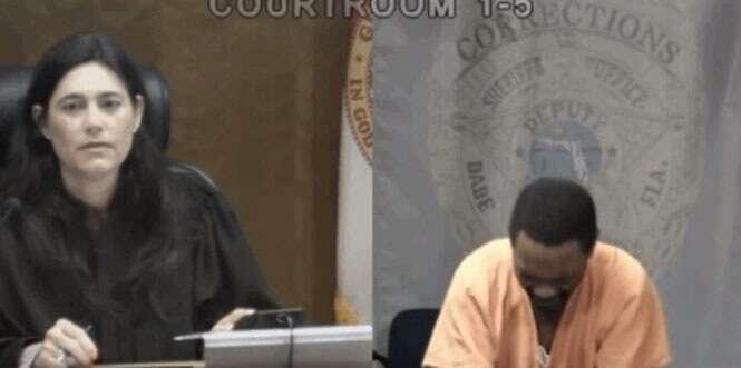 Homem preso por roubo chora em tribunal ao perceber que juíza havia sido sua colega de infância