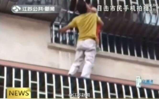 Menino deixado sozinho em apartamento fica pendurado do lado de fora pela cabeça