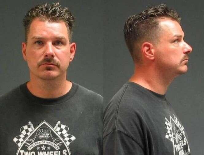 Homem é preso por abrir porta de carro envolvido em acidente fatal para filmar cena