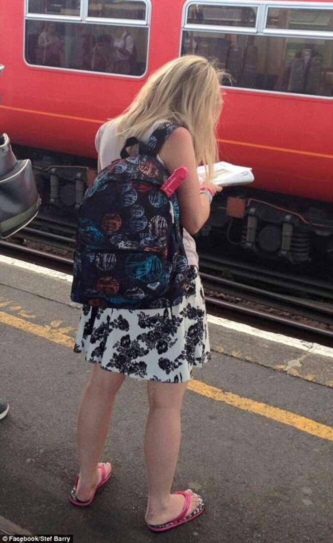 Imagem de objeto comprido e misterioso saindo de mochila de jovem repercute no Facebook