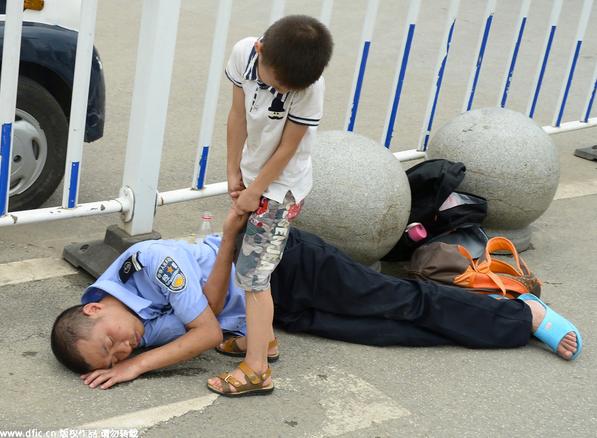 Policial dormindo na rua