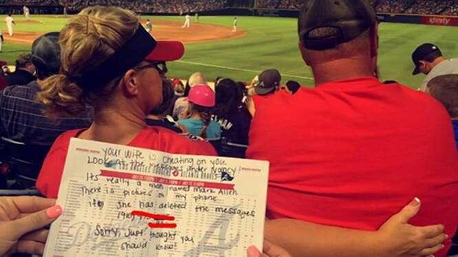 Irmãs fotografam mulher traindo marido ao lado dele durante jogo de beisebol