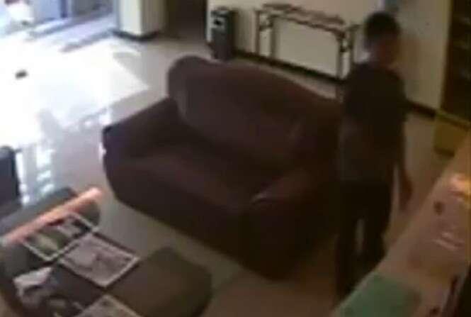 Homem é preso após liberar sêmen em garrafa de água e deixa-la em lobby de hotel