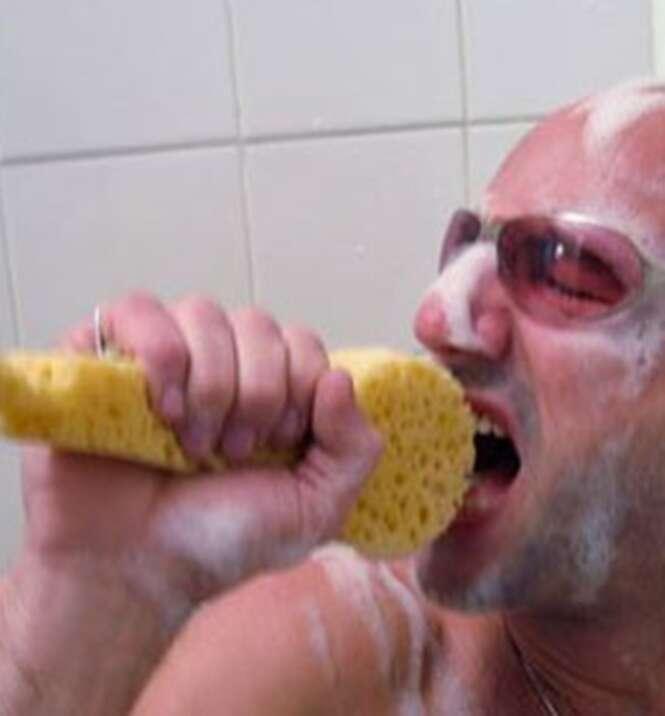 Razões científicas de que cantar no chuveiro faz bem à saúde