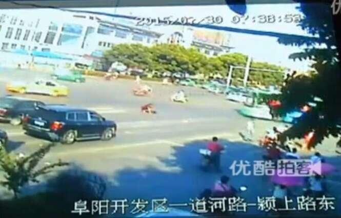 Mulher acidentalmente deixa mais de 2 mil reais se espalhar pela rua