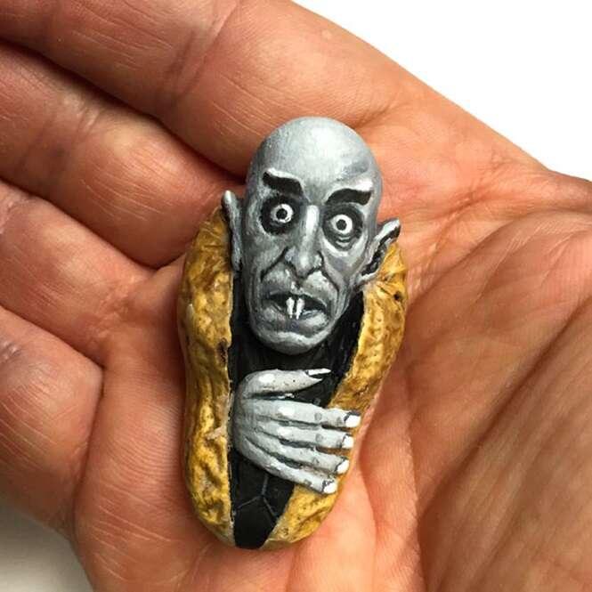 Artista impressiona criando arte com amendoim