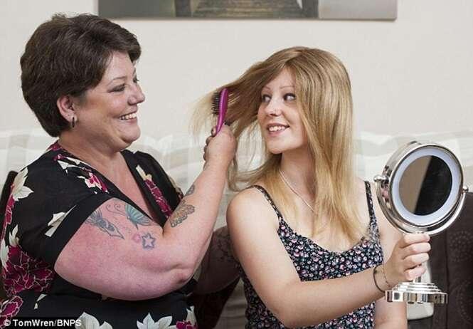Mãe raspa a cabeça para fazer peruca para filha com careca devido a doenço
