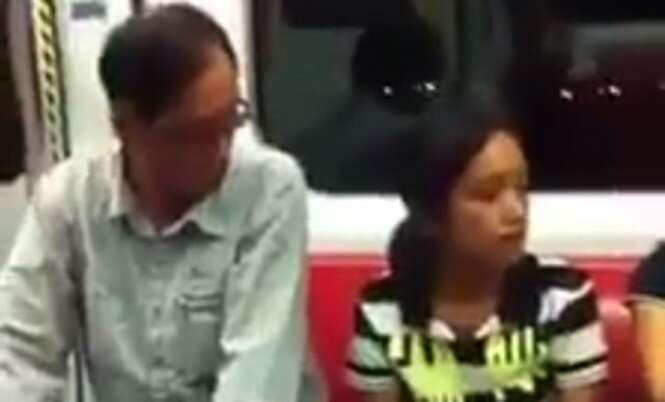 Vídeo flagra homem tarado tentando olhar decote de mulher em metrô