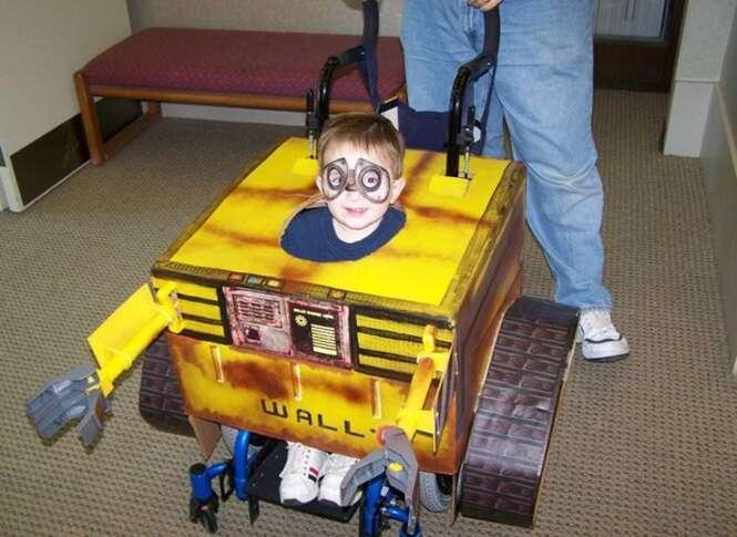 Pais se inspiram em filho de cadeira de rodas e criam fantasias para crianças que utilizam o equipamento