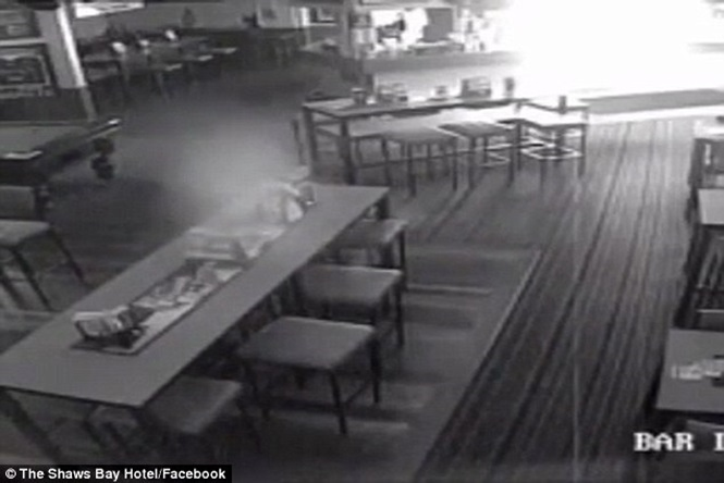 Vídeo assustador capturado em um bar mostra fantasma de um bebê morto
