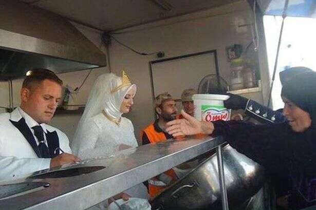 Recém-casados decidem oferecer toda comida da festa para 4 mil refugiados sírios