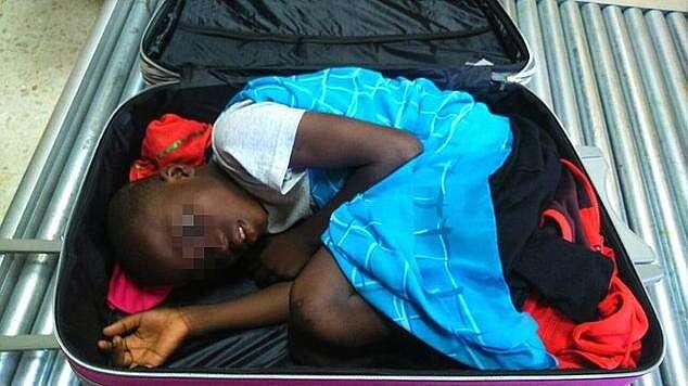 Menino da Costa do Marfim tentou entrar na Espanha em mala