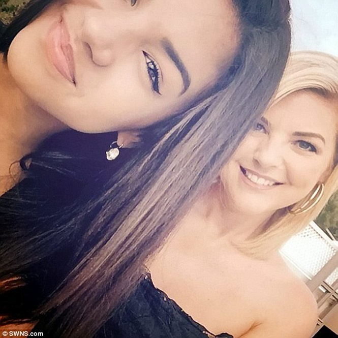 Mulher de 42 anos comumente confundida como irmã de sua filha afirma que segredo de sua aparência jovem é ficar solteira