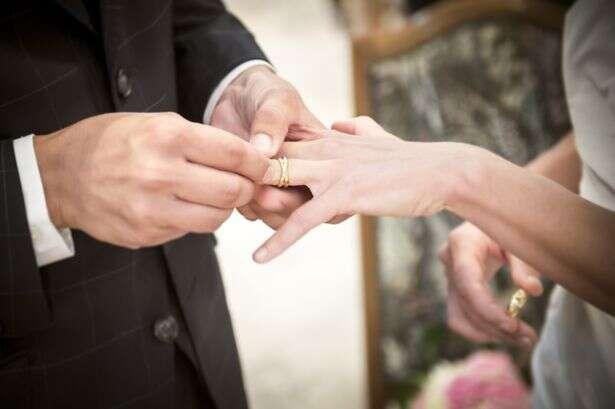 Esposa descobre que estava usando aliança de casamento de outra pessoa durante anos