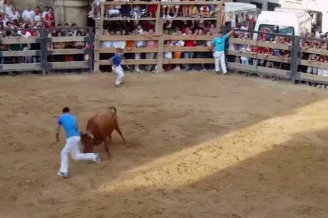 Vídeo impressionante mostra trágico momento em que homem é chifrado por touro e morre