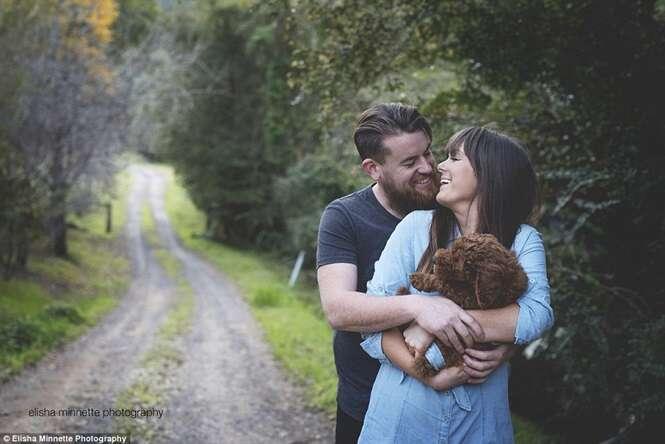 Casal faz sessão de foto com seu cão no lugar de bebê e imagens comovem na web