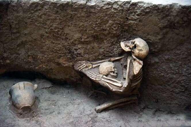 Arqueólogos encontram restos de mãe que morreu tentando proteger seu filho de terremoto