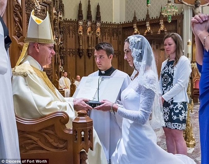Professora se casa com Jesus Cristo em cerimônia nos EUA