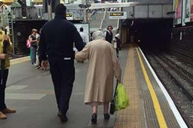 Imagem de funcionário de estação de metrô acompanhando idosa ao longo de plataforma comove internautas no Facebook