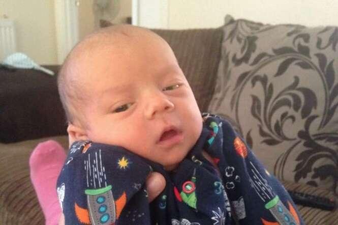 Bebê recém-nascido morre nos braços do pai enquanto esperava por obstetra