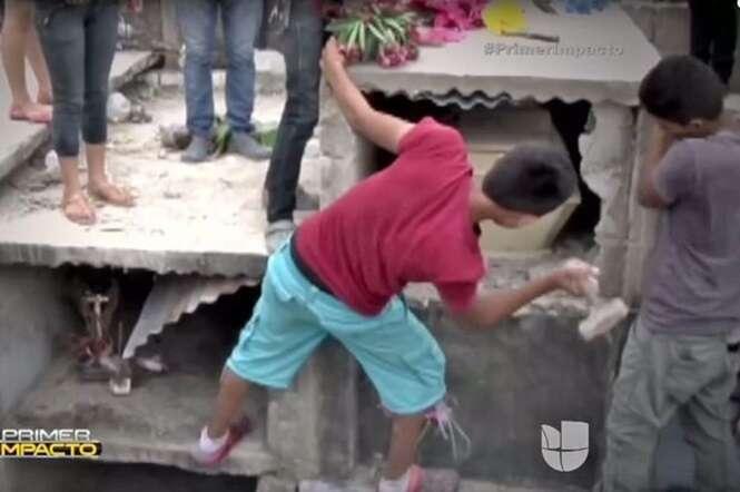 Vídeo chocante mostra momento em que adolescente acorda dentro de caixão em sepultura fechada antes de falecer novamente