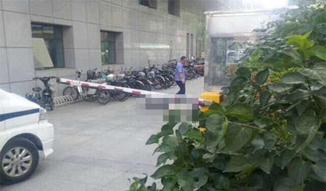 Homem morre ao saltar de edifício após queda na bolsa de valores