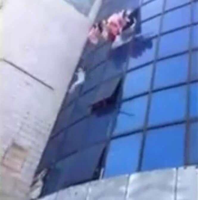 Vídeo flagra momento dramático em que menina salta do quarto andar de prédio em chamas