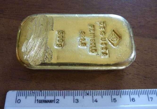 Menina de 16 anos encontra barra de ouro enquanto nadava em lago e entrega objeto à polícia