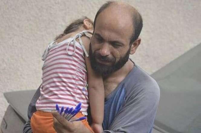 Imagem de pai sírio refugiado vendendo canetas enquanto carregava filha no colo comove internautas